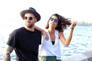 молодая пара на фоне моря