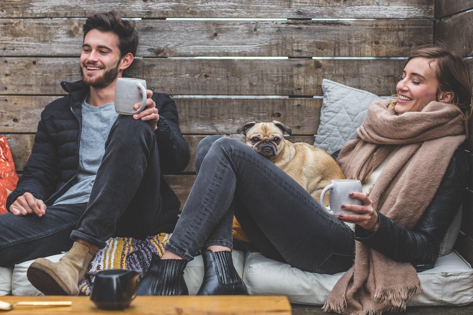 друзья пьют кофе