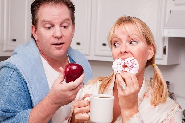 мужчина и женщина едят