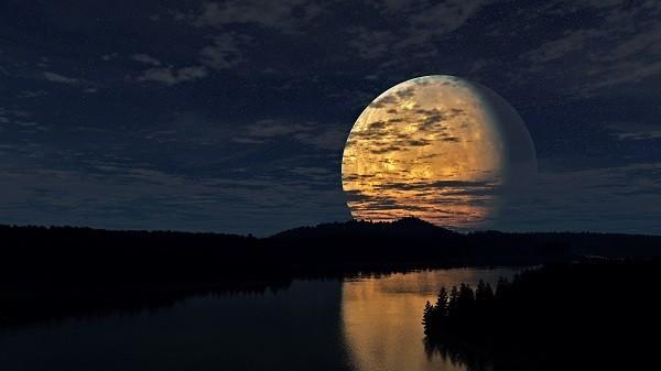 огромная луна всходит над лесом и рекой