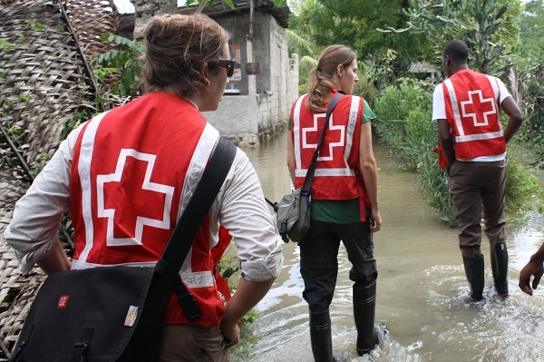 сотрудники красного креста работают по наводнению