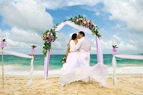 свадебный поцелуй на берегу океана