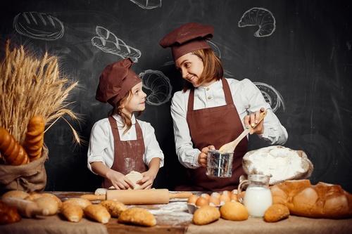 мама с дочкой пекут пирожки