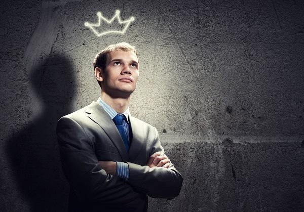у парня корона над головой светится
