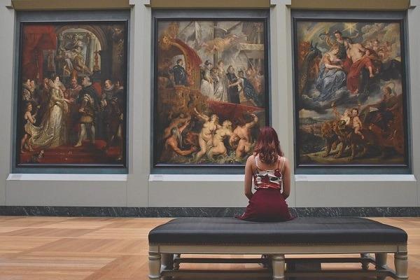 девушка в картинной галереи