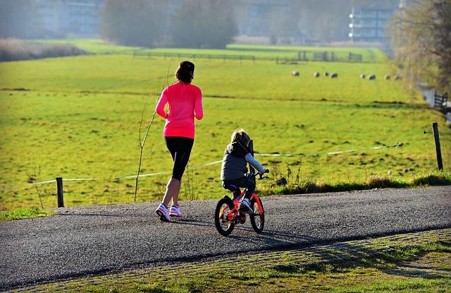 мама с дочкой на пробежке