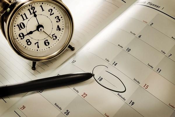 фото часов и календаря