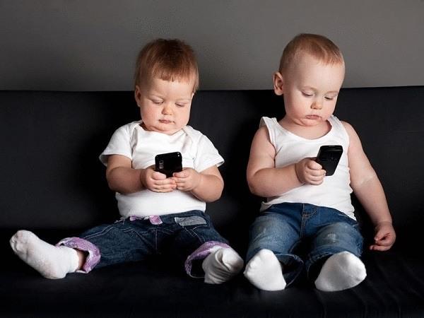 дети со смартфонами