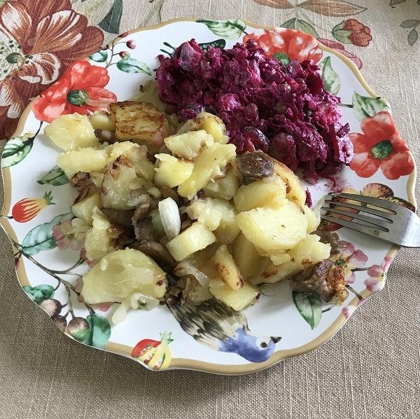 фото домашней еды: картошка и венигрет