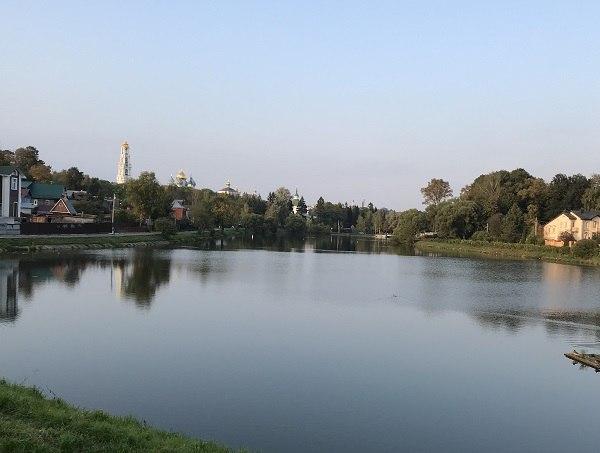 вид на колокольню с озера