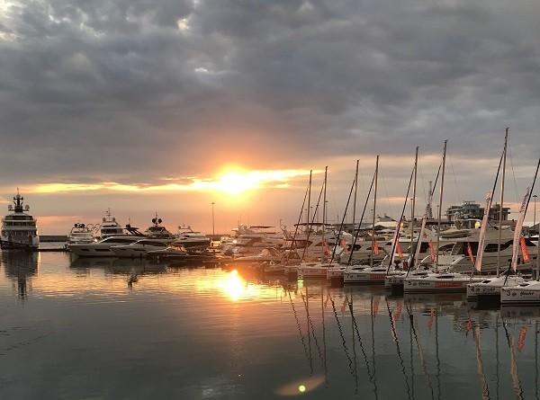 затак солнца в морском порту Сочи