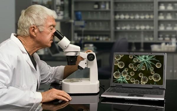 ученый за микроскопом
