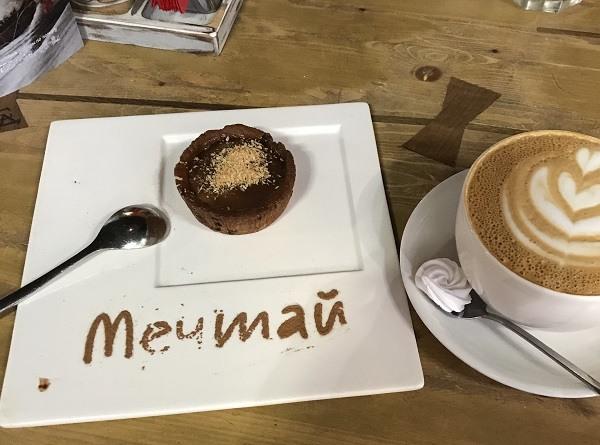 шоколадный торт и капучино